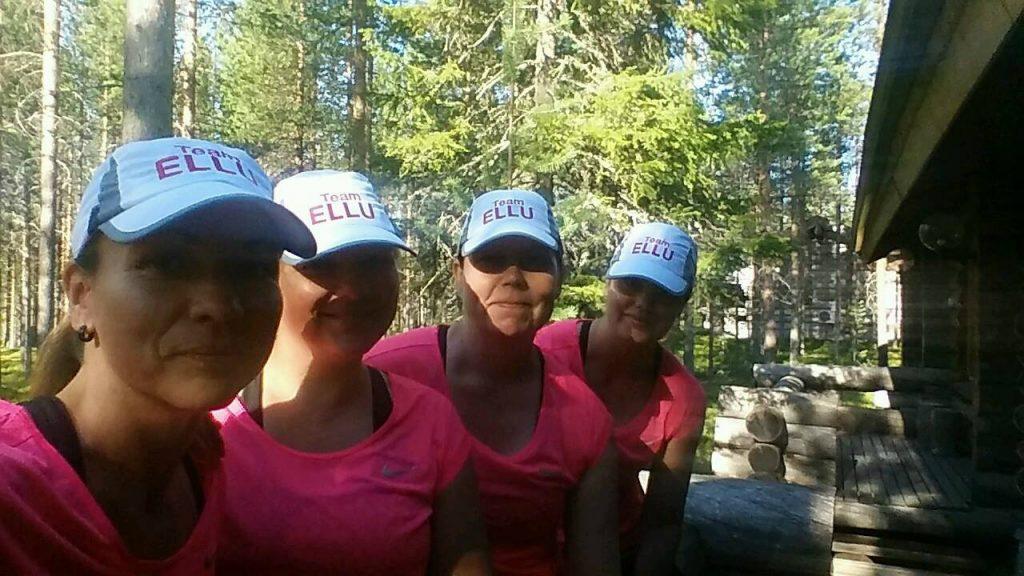 Team Ellu Levillä Arctic challenge 2016 -kilpailuun valmistautumassa. Mira, Miia, (pölli nro.23) Jaana ja Anita (pölli nro.24)